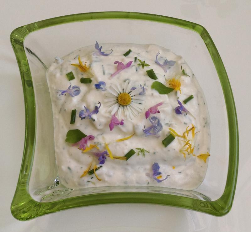 Kräutertopfen mit essbaren Blüten
